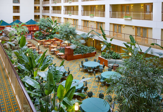 Embassy Suites Chicago O&#39;Hare Rosemont: Seven story garden atrium