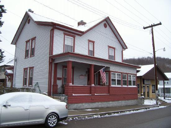 Gillum House Bed & Breakfast: The house with added/enjoyed snow
