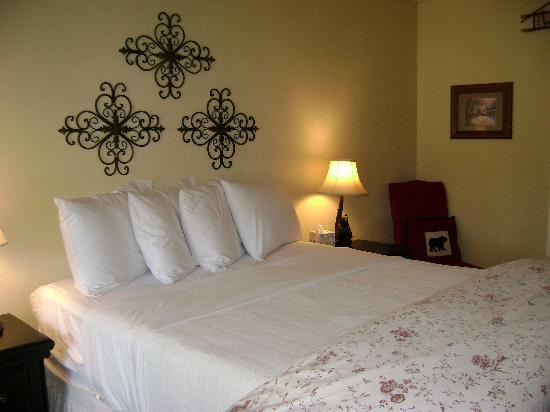 Wrightwood, CA: Room 2 with a Queen bed