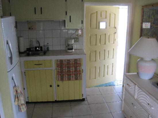 A1 Apartments Aruba: view of kitchen to outside