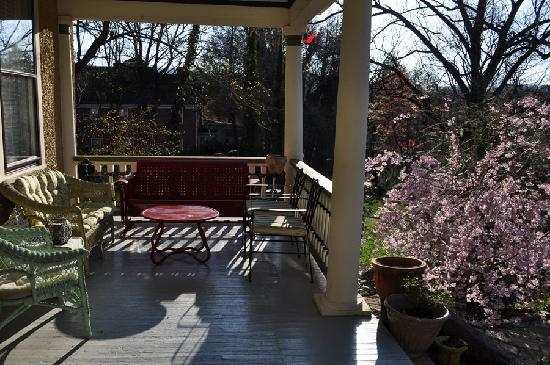 Asheville Seasons Bed and Breakfast: morning on the front porch