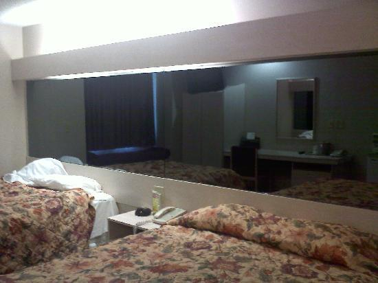 Microtel Inn & Suites by Wyndham Amarillo: Two way mirrors