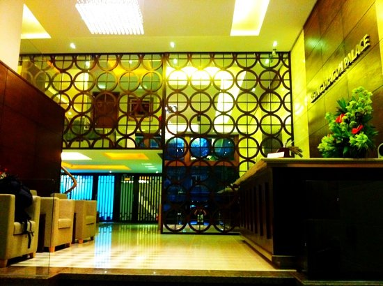 Rising Dragon Palace Hotel: Lobby Entrance