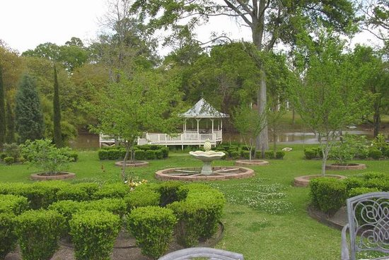 Maison des Amis: Gardens and Gazebo