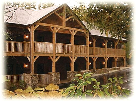 ‪هايلاندس, ‪North Carolina‬: Cedar Lodge offers rooms and suites with fireplaces‬