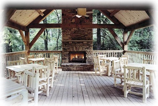 Mitchell&#39;s Lodge &amp; Cottages: Pavilion offers a wood burning gathering place
