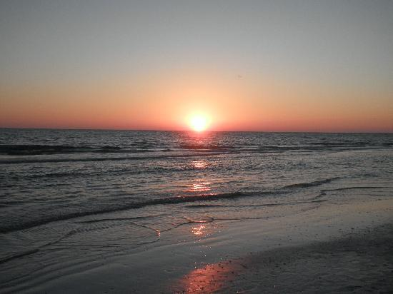Beachcomber Beach Resort & Hotel: Just one of the many sunsets we were able to see!
