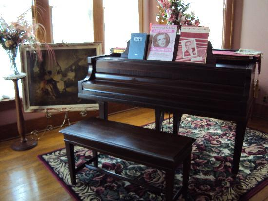 Abilene's Victorian Inn Bed & Breakfast: Beautiful music