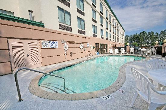 Wingate by Wyndham Columbia: Relax by the Outdoor Pool!