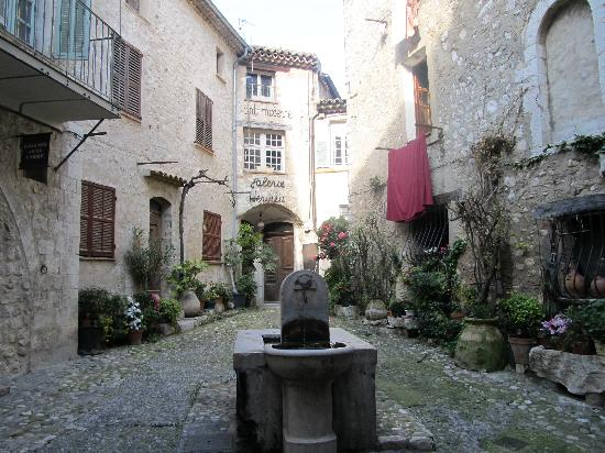 St-Paul-de-Vence, France: Fountain in St Paul