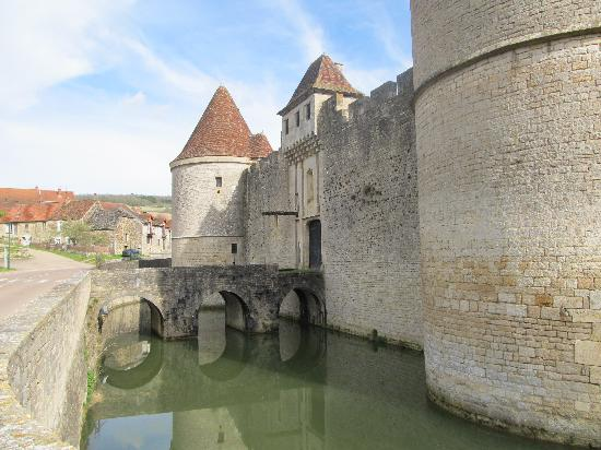 Borgogna, Francia: Castle with moat in Possanges
