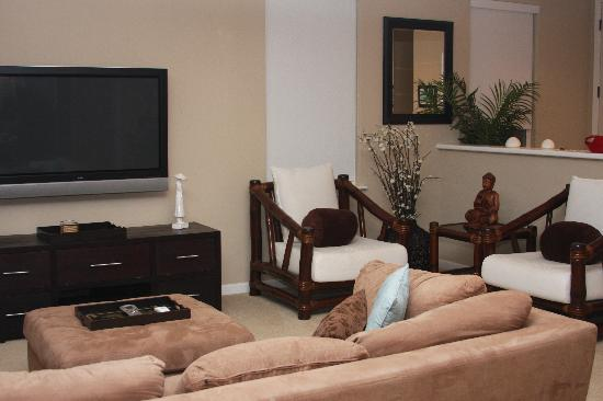Nihilani at Princeville: modern, comfortable living room