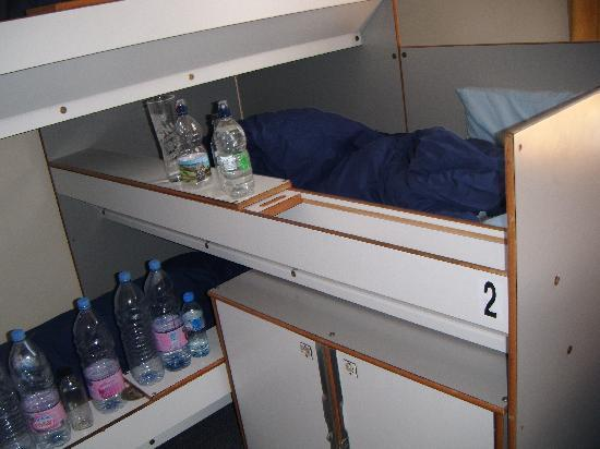 YHA London St Pauls: 3 beds at the left side (and a lot of bottles of water)