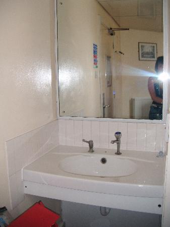 YHA London St Pauls: Sink and mirror