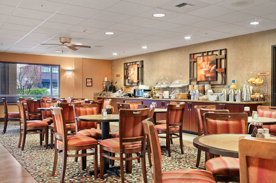 BEST WESTERN PLUS Cascade Inn & Suites: Complimentary Hot Breakfast