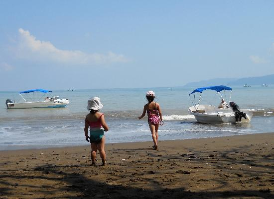 Casita Corcovado: Playing on the nearby beach