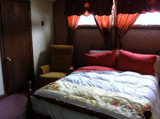 Stone's Lodge under Stratton Mtn.: Pretty comfortable bed; window had a cold draft coming in...