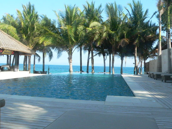 SUNSEA RESORT: infinity pool on the beach