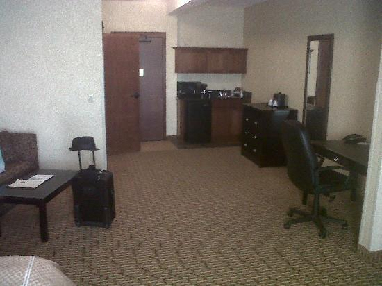 Comfort Suites Moses Lake : Desk and kitchenette 