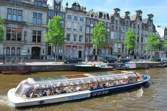 Canal Boat Cruise for Valentine's Day in Amsterdam