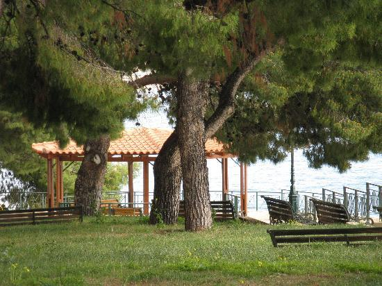 Loutraki, Hellas: park near the waterfalls