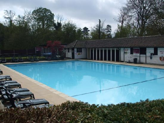Mercure Box Hill Burford Bridge Hotel: Outdoor swimming pool