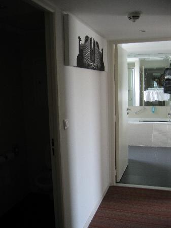 Holiday Inn Mulhouse: Hall toward Bathroom