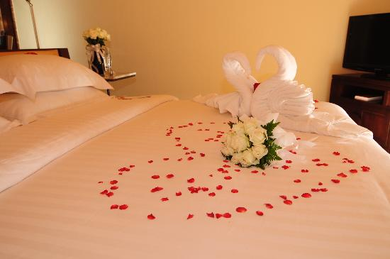 Room decoration also rose petals in bath picture of for Bed decoration with rose petals