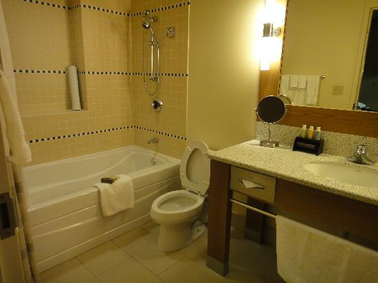 Cedarbrook Lodge: Bathroom