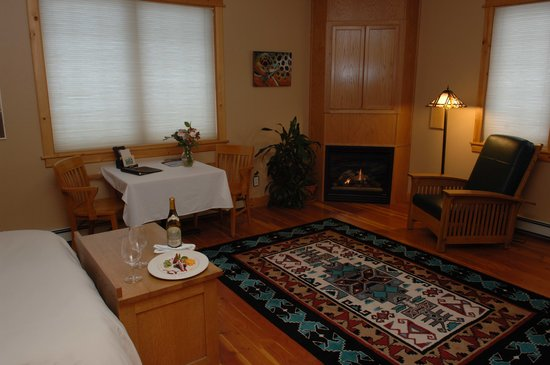 Gallatin River Lodge: Fireplaces