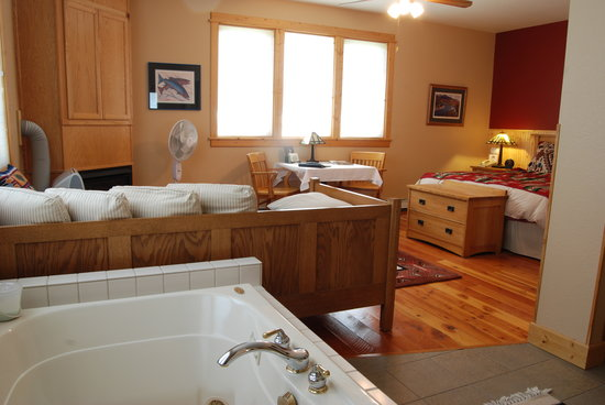 Gallatin River Lodge: King Suite