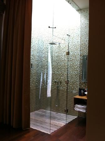 Boutique Hotel de Cortes: 2m x 2m Skylight shower in Junior Suite
