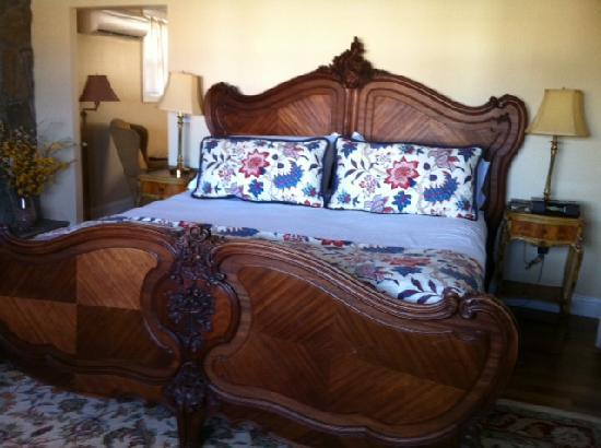 Cliffside Inn: The bed in the Seaview Suite