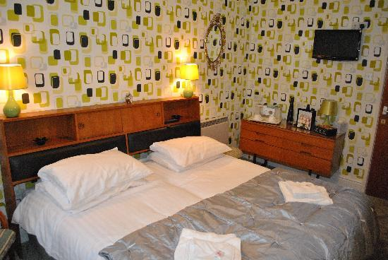 Alumhurst Hotel: One of our new Retro 70's rooms. This can be a twin or a 6 foot Super king size double. With bla