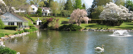 West Chester, Pensilvania: The Pond & Main House