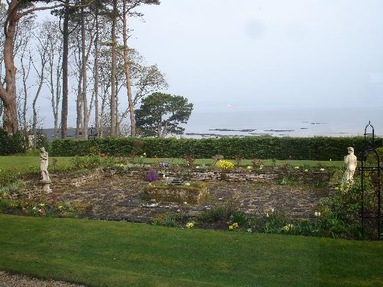 Invernairne Hotel: elegant views of the garden, beach and north sea!