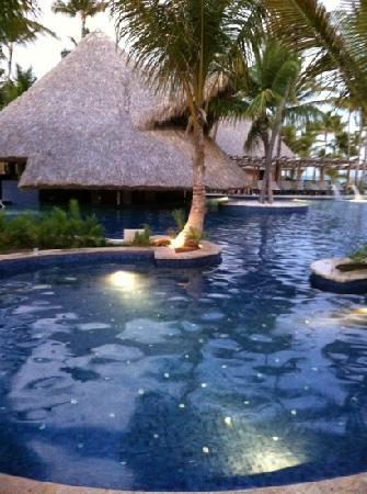 Barcelo Bavaro Palace Deluxe : the pool with the swim up bar