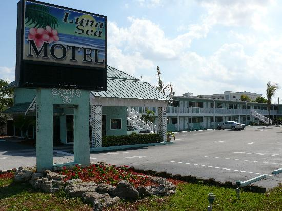 Luna Sea Motel: Entrance