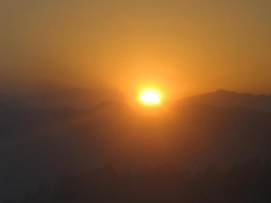 Mashobra, Indien: Rising sun captured from Room