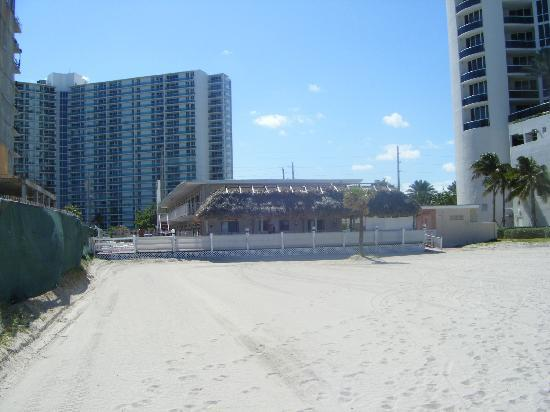 North Miami Beach, Floride : hotel from the beach 