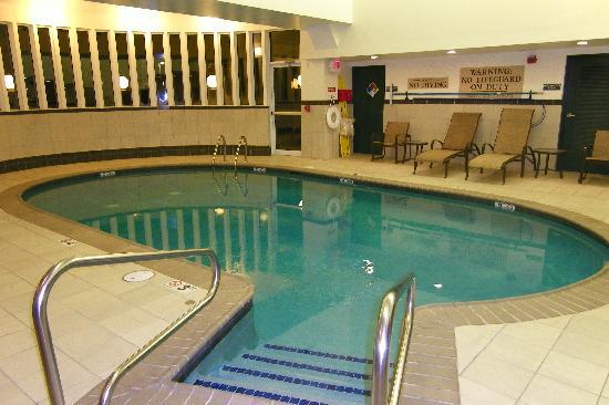 Country Inn & Suites Woodbridge: Great pool