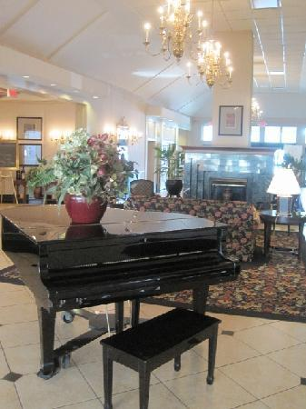 Holiday Inn Cleveland -West: Piano in the lounge