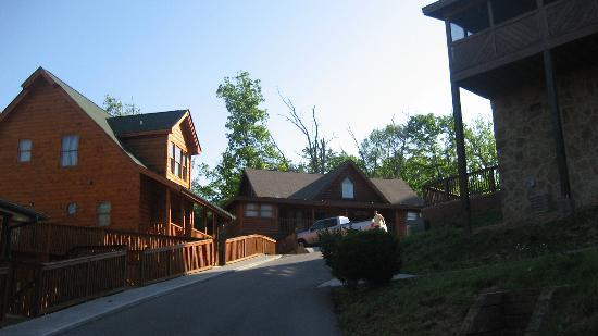 Big Bear Lodge and Resort: Cabins were close to each other, but there was still plenty of space and quiet.