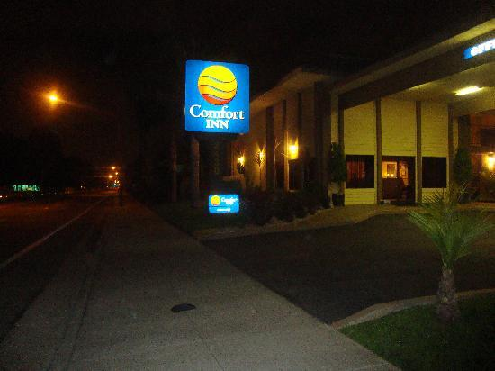 Comfort Inn: Hotel from the street