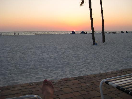 Mariner Beach Club: The patio, sand, ocean, and sunset.  Awesome!