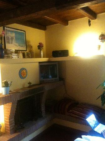 Antica Posta Guest House: fireplace with no fire at this moment