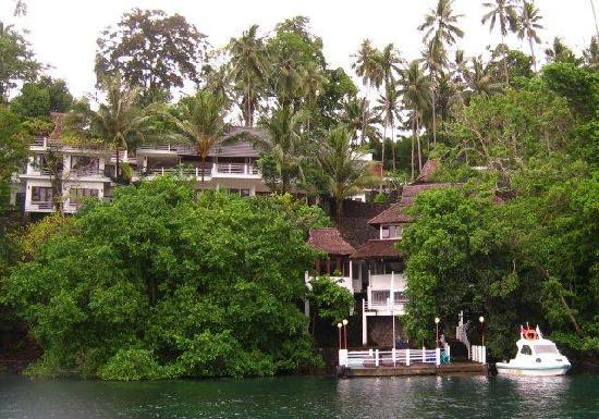 Dabirahe at Lembeh Hills Resort: pavilion rooms left, restaurant top right dive center at bottom