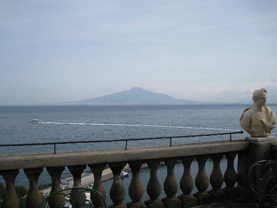 Grand Hotel Excelsior Vittoria: view of vesuvius from terrace