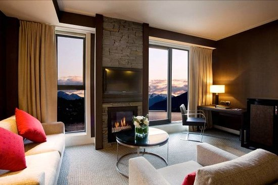 Hilton Queenstown Resort & Spa: All rooms are air-conditioned, w/ separate lounges, private balcony or deck & serene bathrooms.