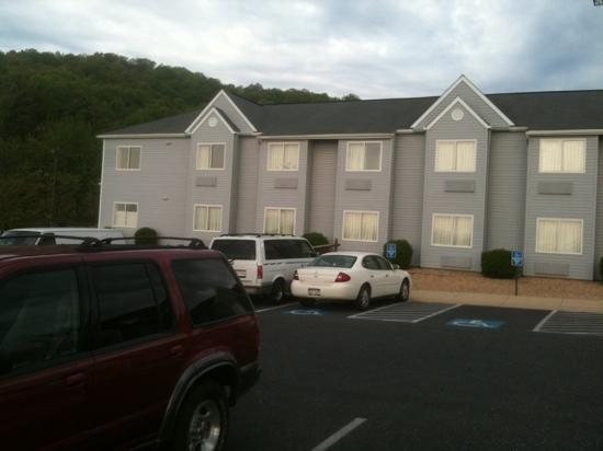 Microtel Inn by Wyndham Staunton: front of the hotel